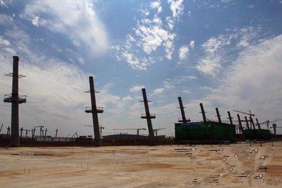 武汉天河机场三期扩建工程建成效果图 7月16日,武汉天河机场三期工程前线指挥部透露,该工程建设正有序推进,第二跑道等一批项目将在今年完工。T3航站楼等一批工程将在今年内主体结构完成,13项市政配套工程等一批新项目将在年内开工。 武汉天河机场三期工程主要包括T3航站楼、第二跑道、交通中心、地铁、城铁、空管、油料等7大主体工程。此外,还有航空企业总部区等122个单项工程,总投资超过400亿元。工程于2013年6月20日实质性动工,计划于2016年底建成并投入使用。  武汉天河机场三期工程建设正有序推进 据介
