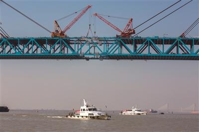 斜拉桥结构,为目前世界上最大跨径的公铁两用斜拉桥